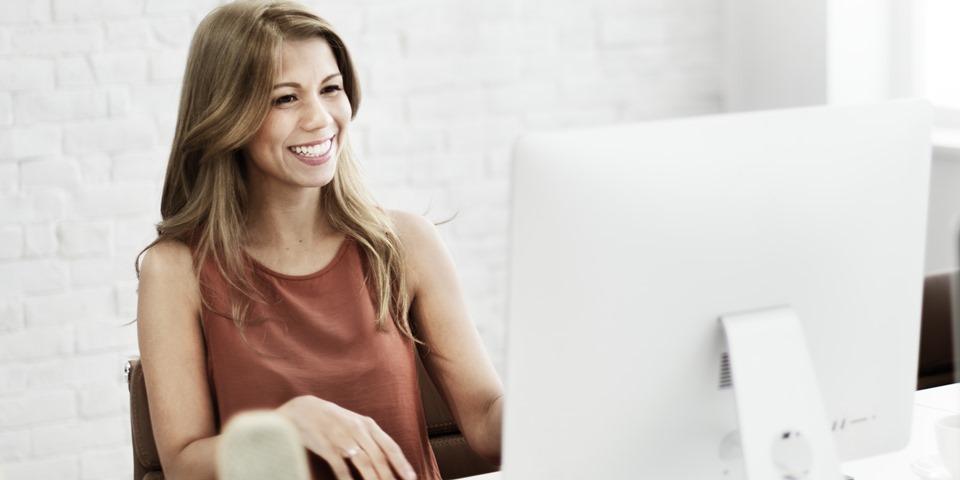 усмихната счетоводителка на работното си място